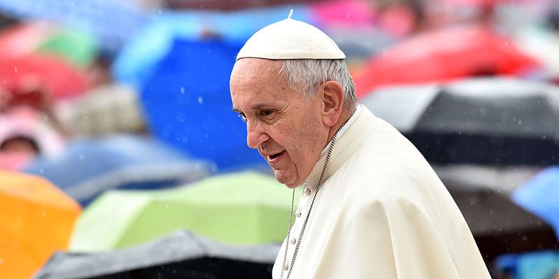 """Papa Francesco: """"Più aiuto al prossimo che agli animali domestici"""". Coro di polemiche."""