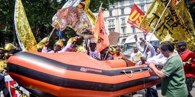 Marcia pro-immigrati Milano e di partito (M5s) a Perugia
