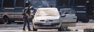 Parigi, uomo si lancia con l'auto contro furgone della polizia