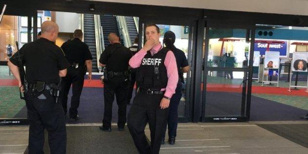 """""""Ha urlato Allah Akbar"""". Un ex ufficiale di polizia accoltellato in aeroporto del Michigan"""