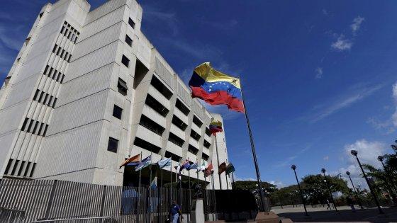 """Venezuela: """"Granate da un elicottero contro la Corte suprema"""""""
