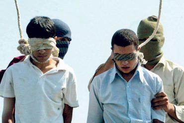 Iran, due adolescenti impiccati