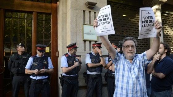 Catalogna, Madrid manda la Guardia Civil negli uffici del governo