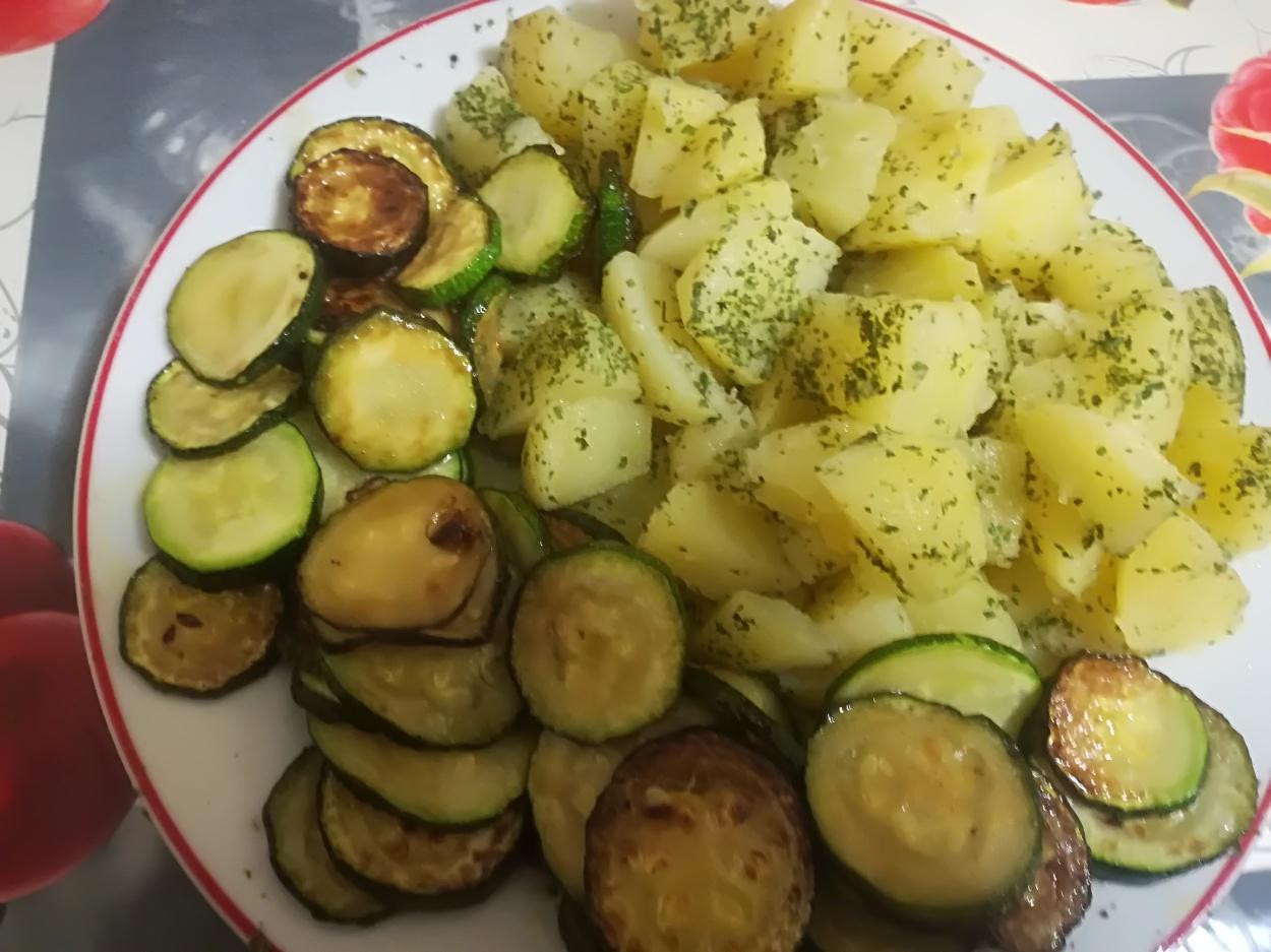 Insalata di patate con contorno di zucchine