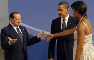 """Berlusconi su Obama """"E' giovane, bello e abbronzato"""""""