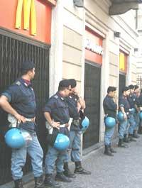 A Milano guerriglia tra autonomi e polizia