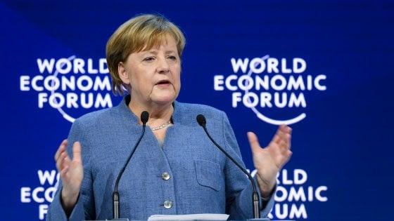 """Davos, Merkel contro Trump: """"Non ha imparato la lezione della storia"""""""