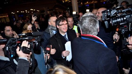 Puigdemont lascia il Belgio per la Danimarca e la Spagna riattiva l'ordine di arresto