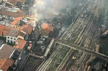 Un treno deraglia a Viareggio. Berlusconi contestato sul luogo dell'incidente