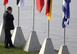 Vertice Nato: la Merkel lo aspetta,  ma Berlusconi è impegnato al telefono