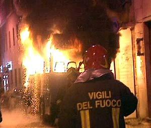 Morte di un tifoso laziale e scene di guerriglia urbana a Roma