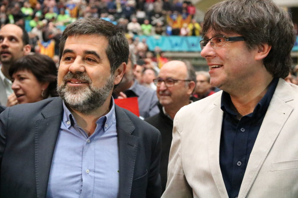 Carles Puigdemont rinuncia alla presidenza della Catalogna e lancia Jordi Sanchez