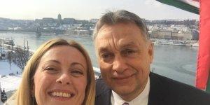 """Meloni vola a Budapest per un selfie-opportunity con Orban: """"L'Italia guardi a Visegrad e non a Bruxelles"""""""