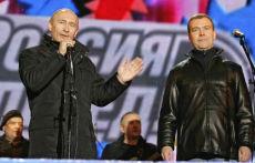 Russia, Medvedev diventa presidente. Putin resta in regia.