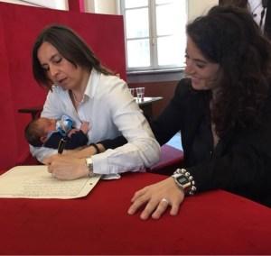 A Torino registato figlio di due mamme. La novità è che la decisione non l'ha amessa un tribunale, ma il sindaco.