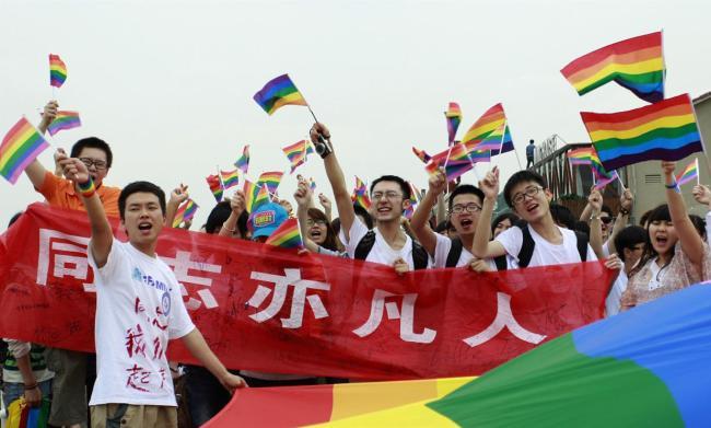 Cina, Weibo censura la parola gay. Ma gli internauti protestano e il social network ritratta