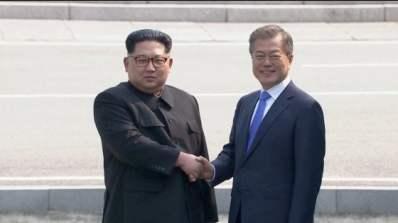 """Coree, il vertice di pace fra Kim e Moon: """"Ora comincia una nuova storia"""""""