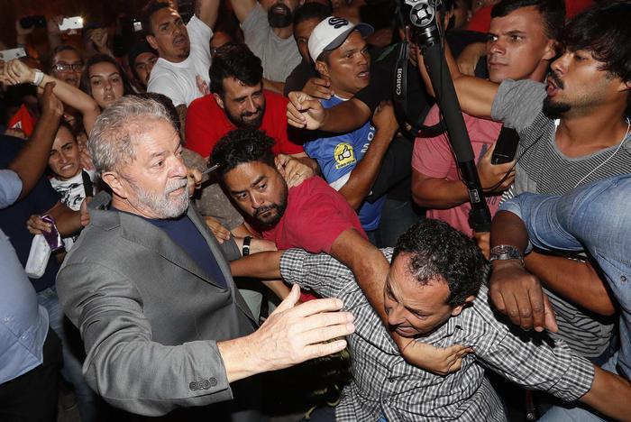Lula si è costituito ed è in carcere. Scontri tra i suoi sostenitori e la polizia