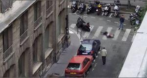 Accoltella passanti in pieno centro a Parigi: 2 morti e 8 feriti.