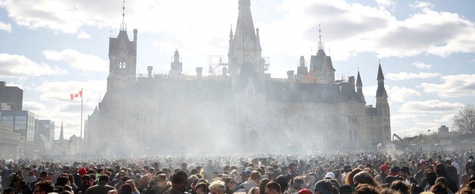 Una manifestazione per la legalizzazione della canapa davanti al Parlamento canadese a Ottawa lo scorso 20 aprile