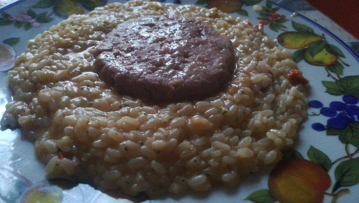 Medaglione di hamburger su risotto