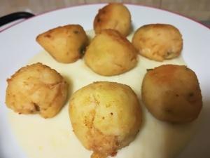 Polpette di patate e pancetta su un letto di purè