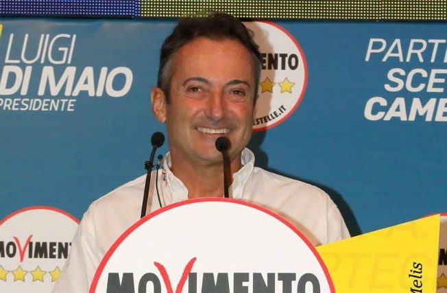 """""""Non è accettabile che svolga l'attività politica da una barca"""", il Movimento 5 Stelle espelle Andrea Mura"""