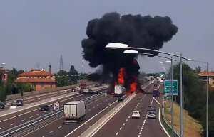 Bologna, incidente ed esplosione in A14