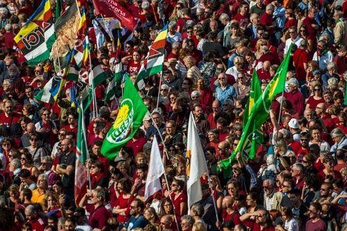 Una piazza rossa a Milano, migliaia di magliette anti-intolleranza riempiono il Duomo