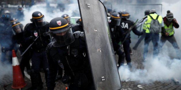 Francia: scontri e lacrimogeni sugli Champs-Elysées