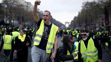 Gilet gialli all'attacco di Macron