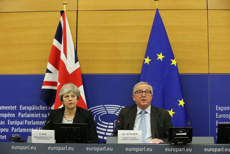 Brexit: sul filo di lana May sigla un 'nuovo accordo' con l'Ue sul confine con l'Irlanda