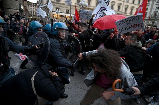 In mille protestano a Firenze contro Salvini: cariche della polizia