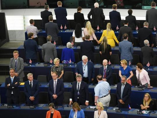 Parlamento europeo, i deputati Brexit voltano le spalle all'inno europeo