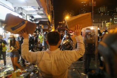 A Hong Kong i manifestanti arretrano, i blindati avanzano