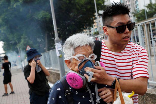 Gas lacrimogeni contro i manifestanti a Hong Kong. L'ex colonia bloccata dallo sciopero generale