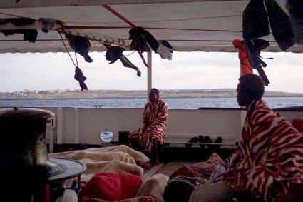 Quindicesima notte a bordo di Open Arms, evacuate 13 persone per motivi medici