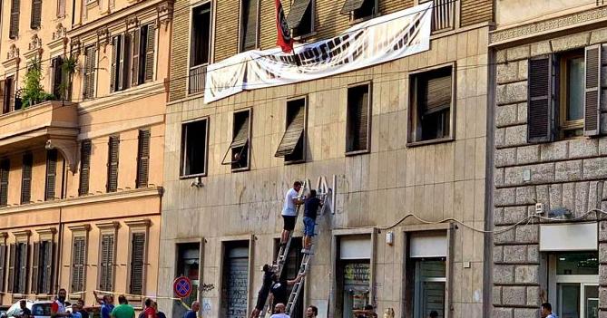 Roma, rimossa la scritta Casapound dal palazzo occupato.