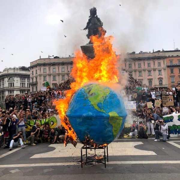 Fridays For Future: la grande manifestazione attraversa le vie del centro di Milano