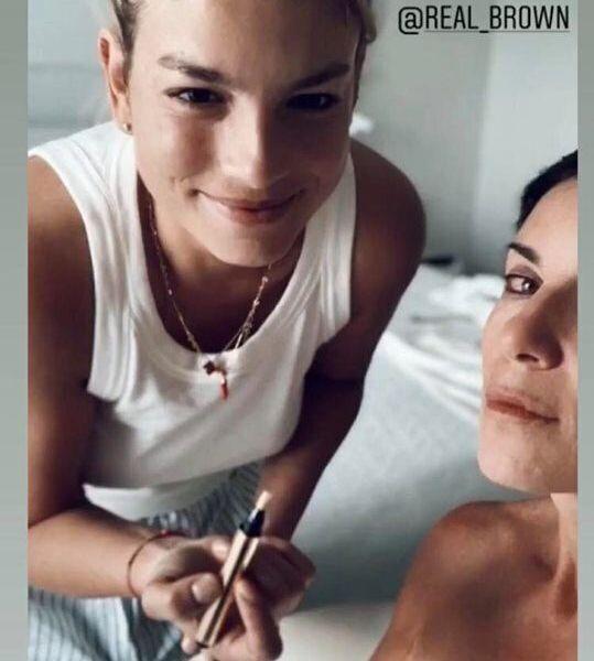 La prima foto di Emma dopo l'operazione è insieme a Paola Turci.