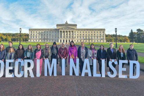 In Irlanda del Nord cadono i divieti su aborto e nozze gay