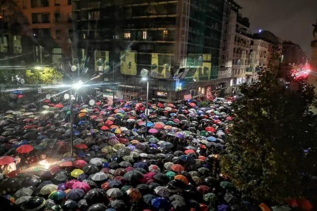 Milano non odia: folla sotto la pioggia al presidio per Liliana Segre al Memoriale della Shoah