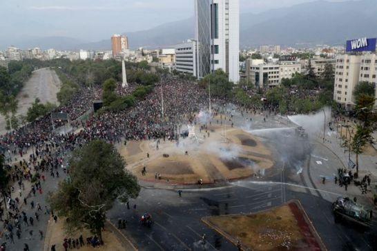Pinera risponde ai manifestanti. Continuano le proteste in Cile