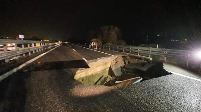 Si sbriciola un'altra autostrada. Voragine impressionante sulla Torino-Piacenza