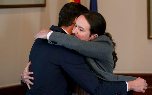 Sanchez e Iglesias firmano l'accordo per il governo in Spagna. Ma non basta.