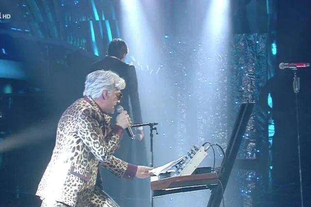 SanRemo 2020, Bugo lascia il palco dopo che Morgan cambia il testo della loro canzone per denigrarlo