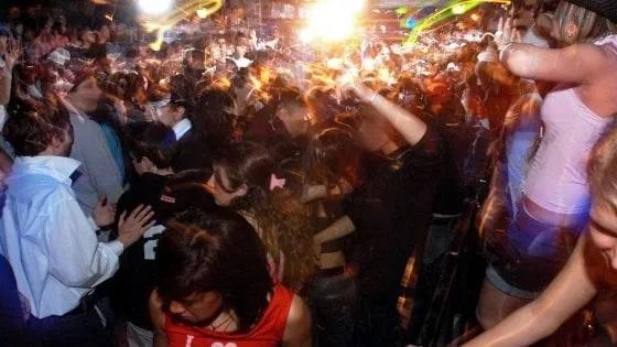 Covid, chiusura discoteche e mascherine obbligatorie la sera nei luoghi della movida