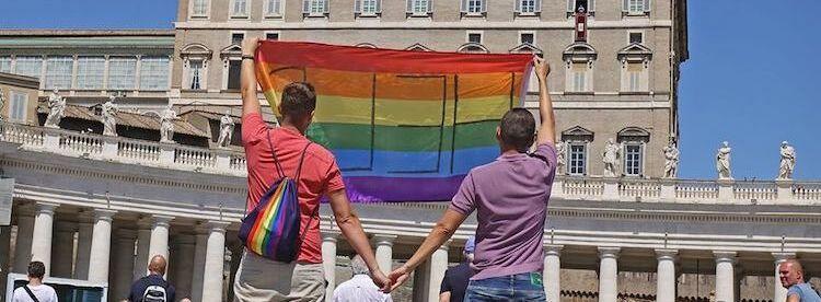 Vaticano, per l'ex Sant'Uffizio non si possono benedire unioni tra persone dello stesso sesso