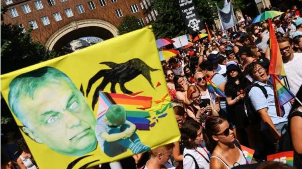 Ungheria, trentamila persone in marcia al Gay Pride di Budapest. Protesta contro Orban