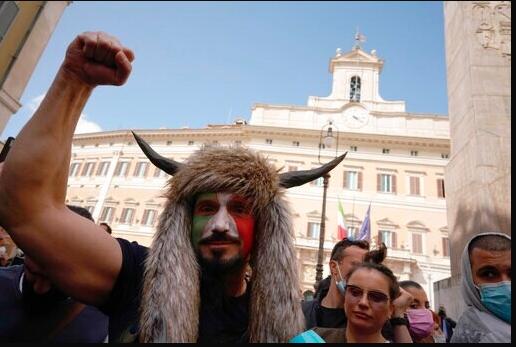 Covid-19, protesta per le riaperture da Nord a Sud. Tensione davanti al Parlamento